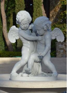 Ангелы из белого мрамора